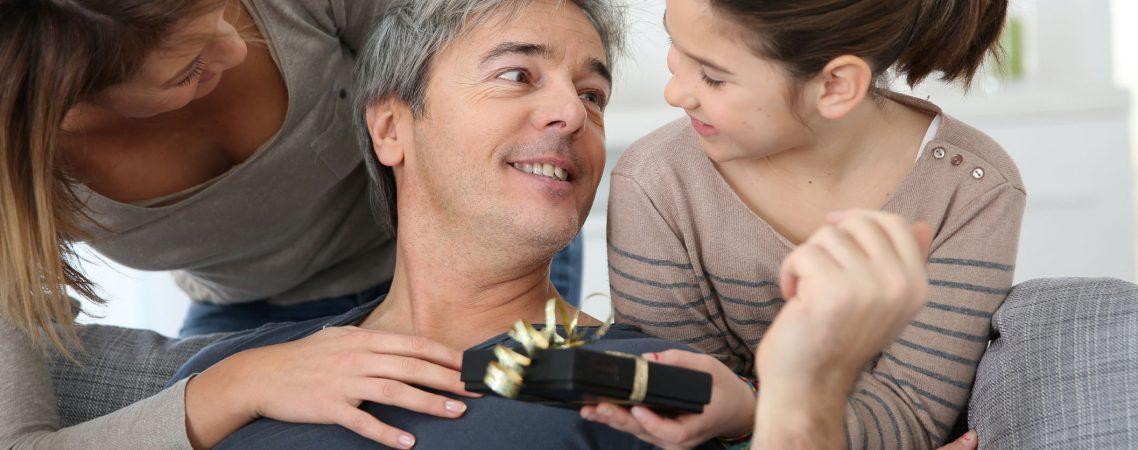 Frau mit der Tochter, die den Vatertag feiert