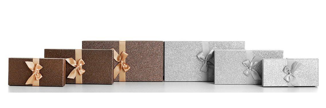 Schöne braune und silberne Geschenke getrennt auf weißem Hintergrund